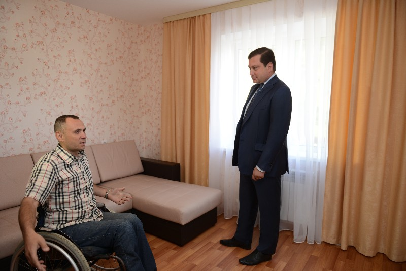 Инвалид из Сафонова переехал с пятого этажа на первый благодаря помощи губернатора