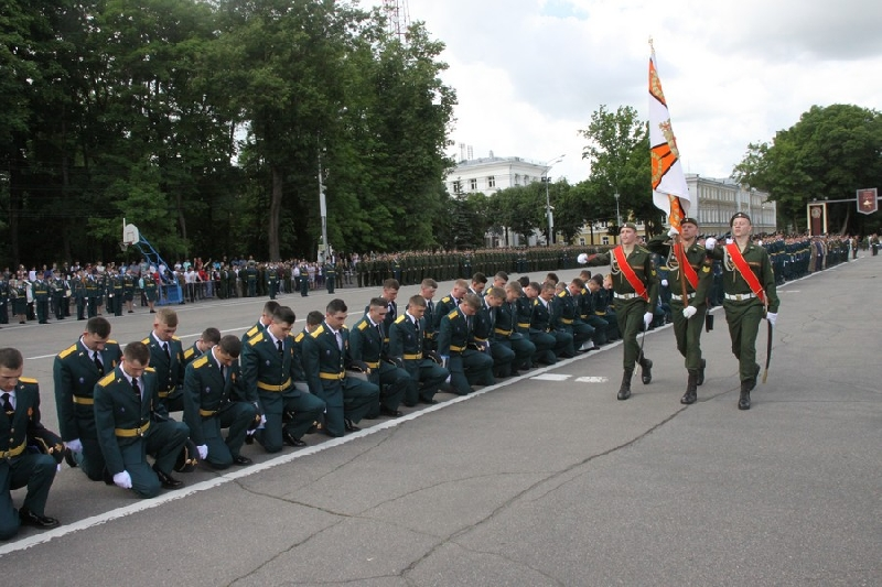 В Смоленске состоялся торжественный выпуск офицеров-зенитчиков