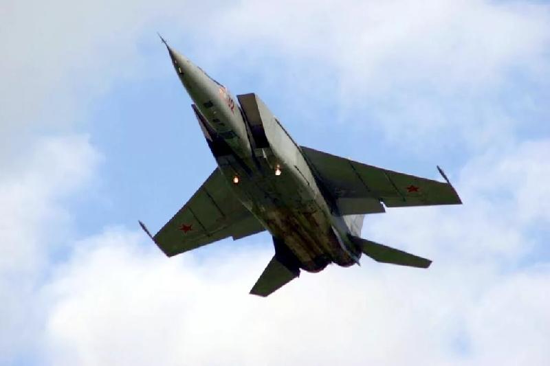 Жителей Рославля испугал низко летящий самолет