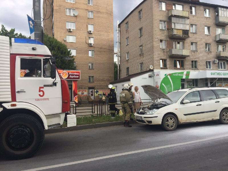 В Смоленске на улице Кирова загорелась иномарка