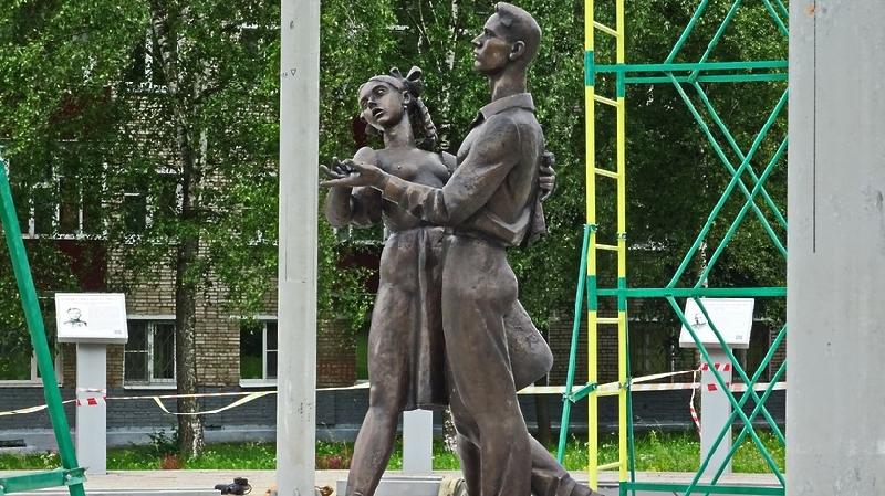 В Смоленске отольют грудь для «полуголой выпускницы»