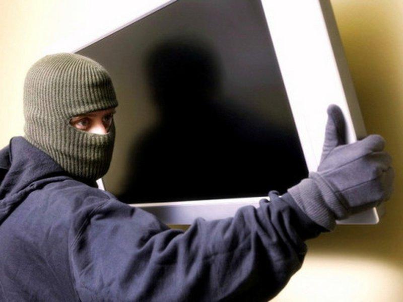 В Смоленской области добычей грабителя в фермерском хозяйстве стали монитор и телевизионная приставка из комнаты охраны