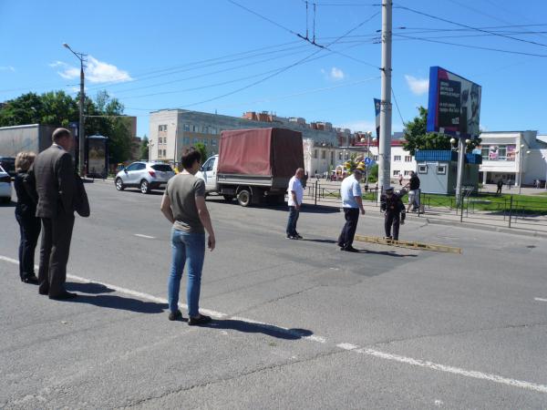 Активисты ОНФ выявили проблемы на недавно отремонтированных дорогах Смоленска