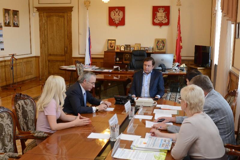 Губернатор Алексей Островский провел рабочую встречу с президентом благотворительного фонда «Ты не один»