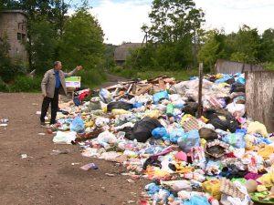 В Смоленске дворы превратились в помойку из-за сломавшегося мусоровоза
