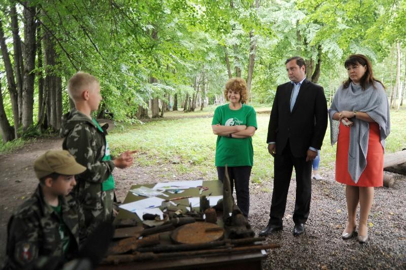 Губернатор Алексей Островский встретился с юными поисковиками