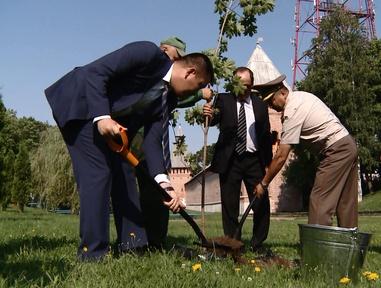 Делегация из Кыргызстана посадила клён на смоленской Аллее Мира