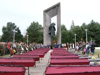 В селе Карманово Смоленской области перезахоронили останки бойцов, найденные здесь в ходе международной учебно-тренировочной «Вахты памяти»