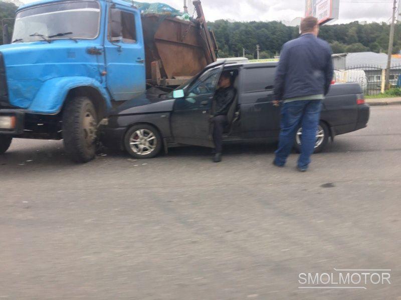 «Лада» попала под мусоровоз в Смоленске