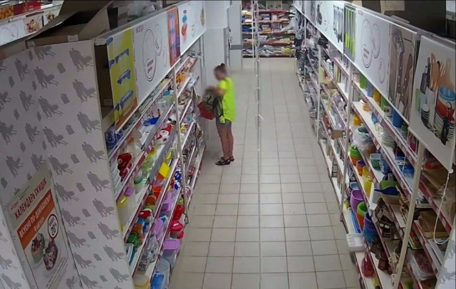 На видеокамеру в супермаркете попала смоленская воровка
