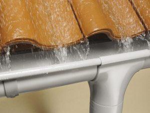 В Смоленске «Жилищник» установил более 300 фильтров на водостоки
