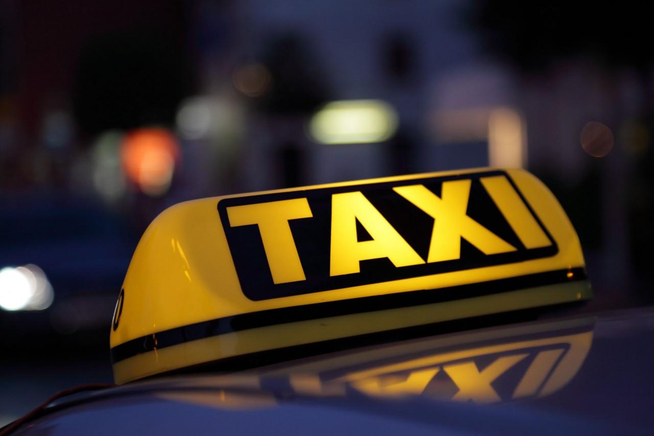 В Смоленске неадекватный таксист пытался задушить пассажирку