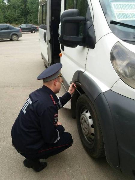 В Смоленске инспекторы ГИБДД проверяют маршрутные такси