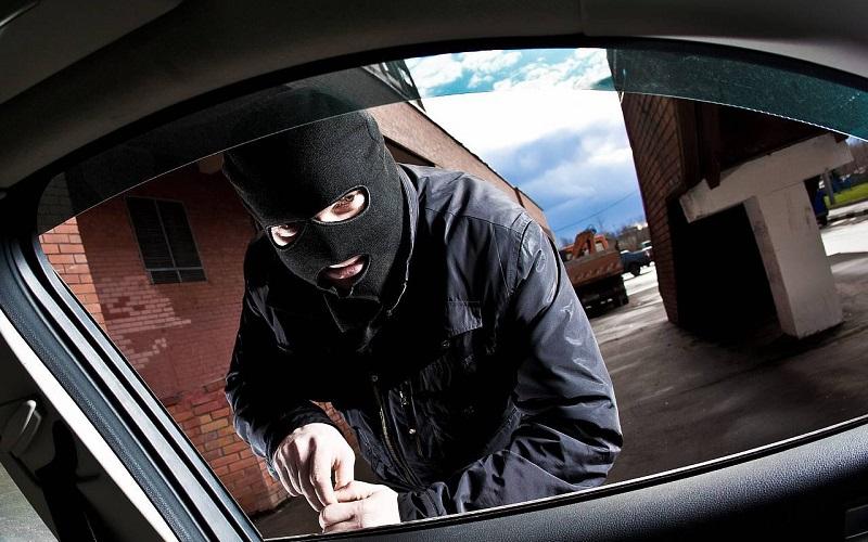 В Смоленске ночью ограбили несколько машин на Академика Петрова