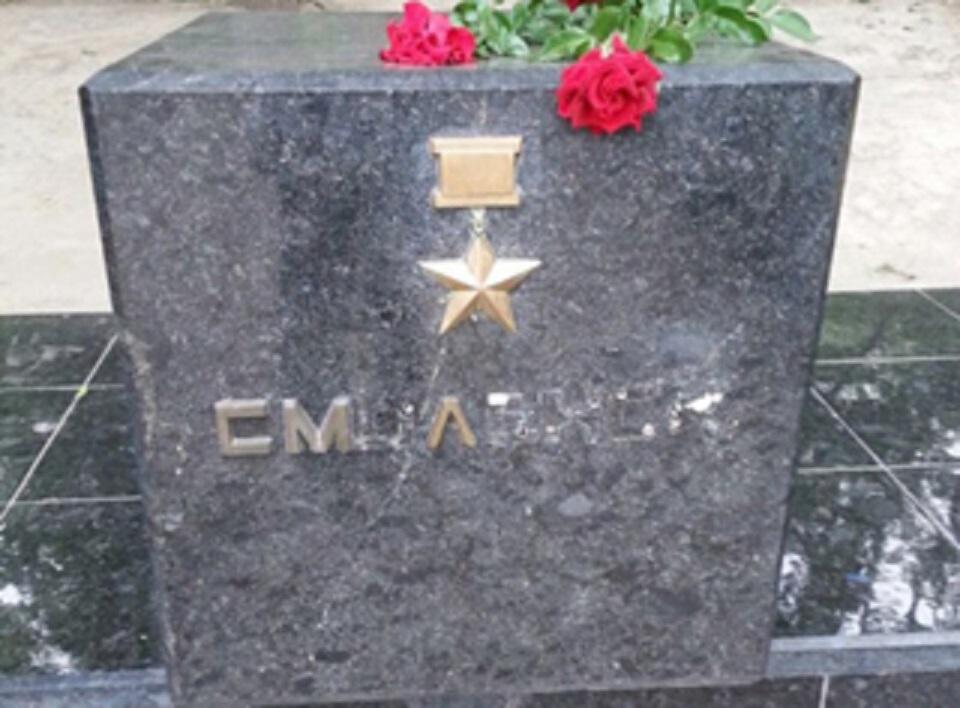 И эти туда же? В Алматы неизвестные повредили постамент города-героя Смоленска