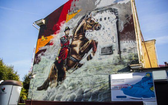 В центре Смоленска патриотическое граффити закрыли рекламой кроссовок
