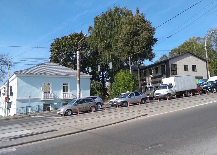 Сигнальные столбики установили в Смоленске вдоль трамвайных путей