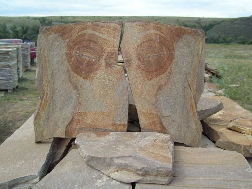 В Москву для мемориала «Стена скорби» доставили камни из Смоленской области