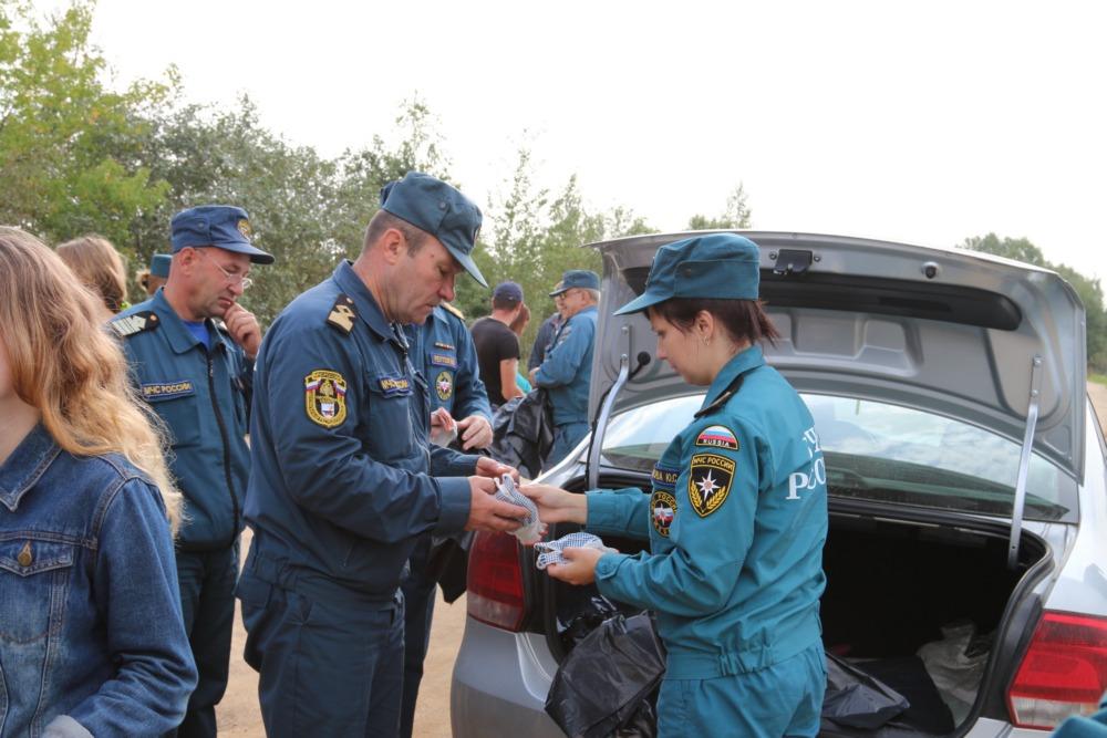 В Смоленске спасатели вместе со студентами расчистили от мусора берегов водоема ТЭЦ-2