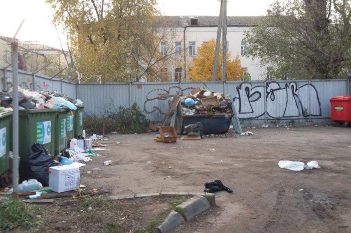 Центр Смоленска завален кучами мусора