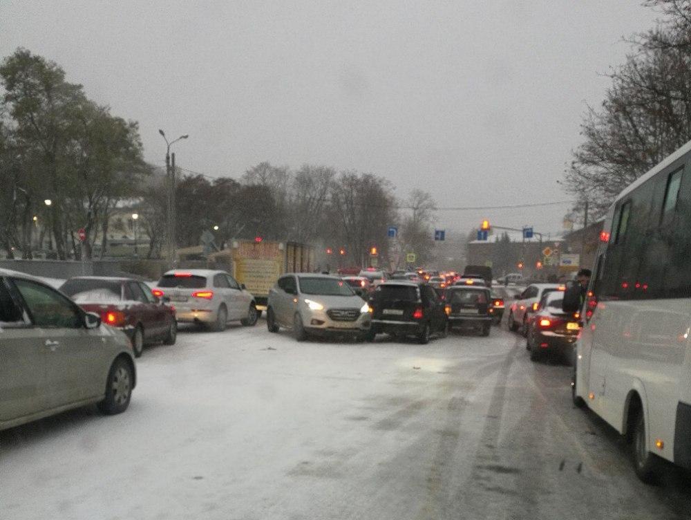 Смоленск засыпало снегом. Непогода «затормозила» движение транспорта в городе