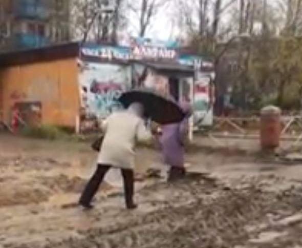 Смоляне жалуются на непроходимую грязь на проспекте Строителей