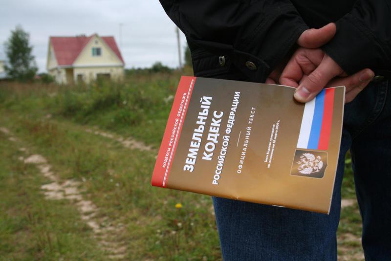 Сычевского чиновника оштрафовали за нарушения закона при предоставлении земельных участков