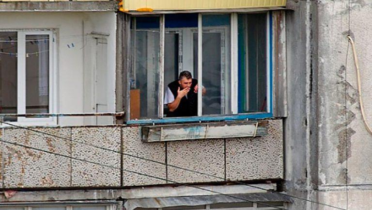 КурЯщие на балконах будут платить компенсацию соседЯм.