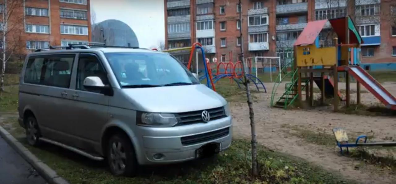 В Смоленске автохам припарковался на детской площадке и заблокировал качели
