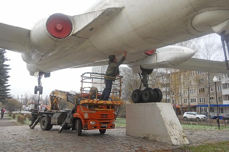 В Смоленске обследовали памятник-самолет, у которого «протек бак»