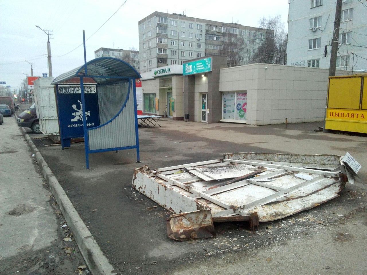 В Смоленске еще одну старую остановку «бросили» рядом с новой