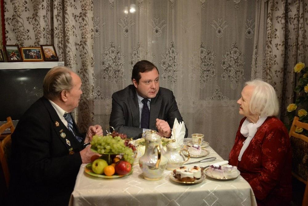 Губернатор Смоленской области навестил «золотую семью» из Ярцева