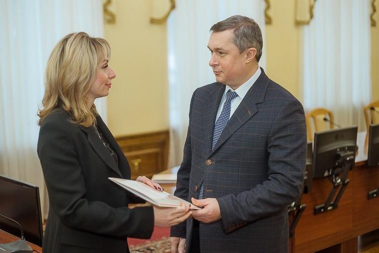 В Смоленске наградили сотрудников ЗАГС и дорожников
