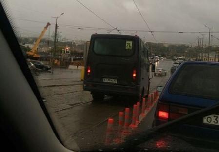 В ГИБДД ответили, могут ли водители маршруток поворачивать с трамвайных рельсов