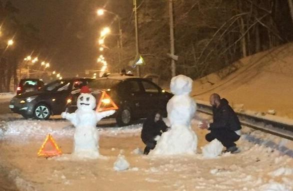 Смоляне, попавшие в ДТП, в ожидании полиции слепили снеговиков