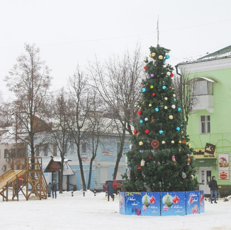 Елке в райцентре Смоленской области, обсмеянной жителями, добавили игрушек