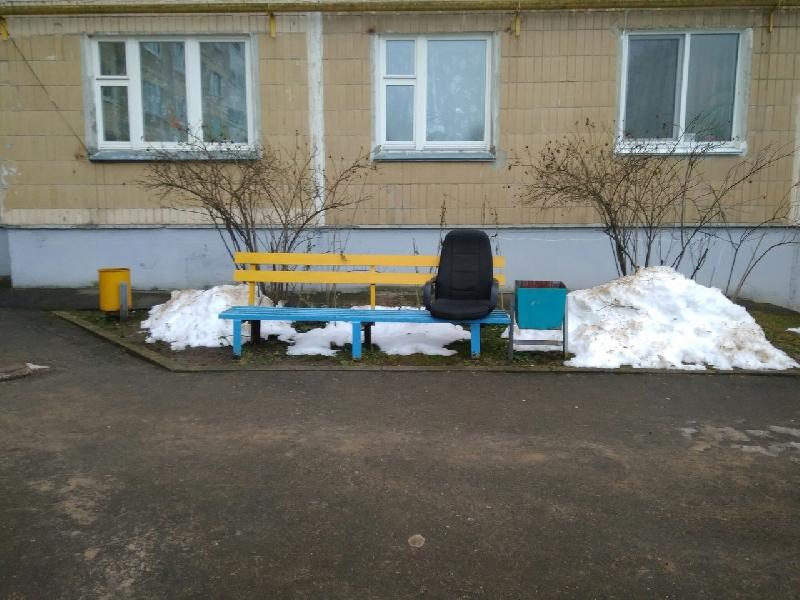В Смоленске во дворе установили… офисное кресло