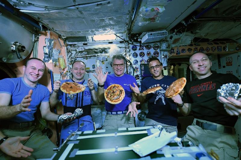 Смолянин показал, как готовить пиццу в космосе