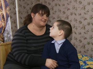 В Смоленской области после приема у вице-губернатора сироте, живущей с ребенком в разрушенном доме, предоставили временную квартиру