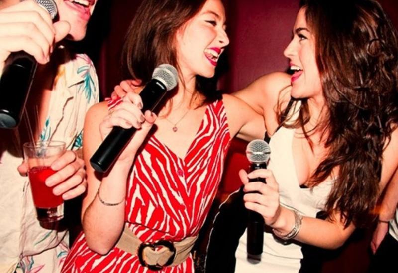 В караоке-баре Смоленска женщине сломали нос из-за песни вне очереди