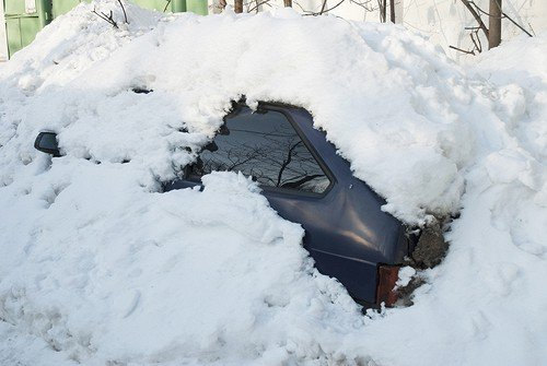 Смолянин, освобождая машину от снежного плена, закопал «соседа»