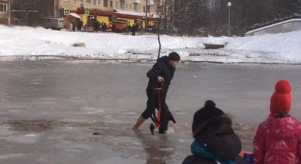 Смолянин босиком вышел на хрупкий лед, чтобы спасти самокат