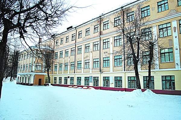 В Смоленске «законспирированные» чиновники проверяют пропускной режим школ