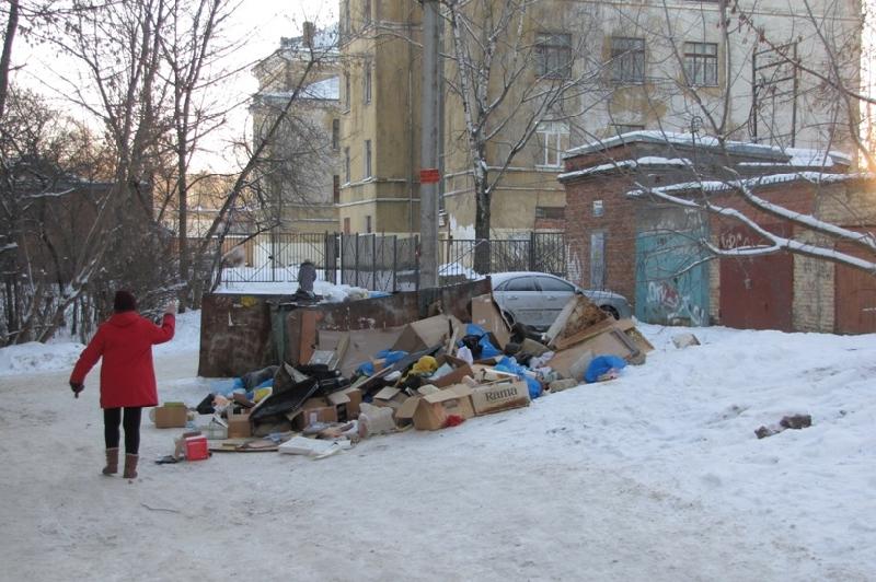 В Смоленске дорога к школе завалена мусором