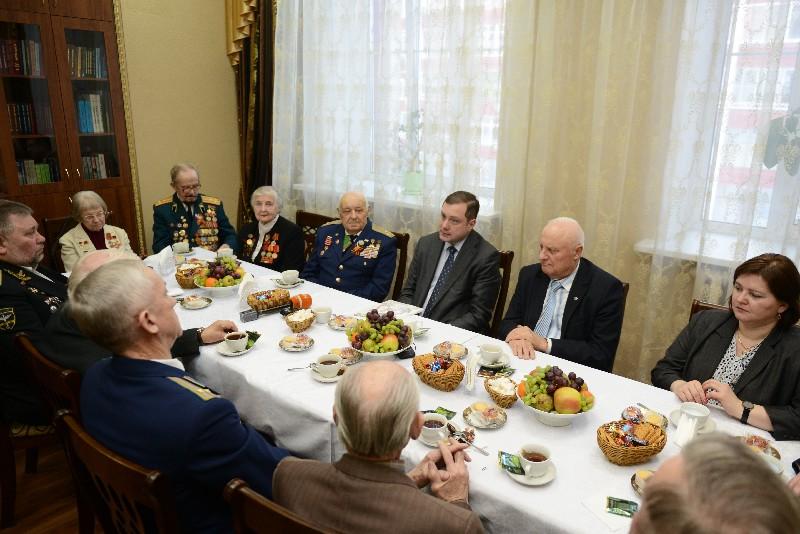 Губернатор Алексей Островский встретился с ветеранами Великой Отечественной войны