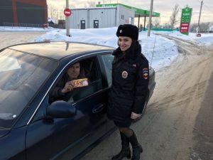 «Праздничный патруль». В Смоленской области сотрудники ГИБДД поздравили водителей с Днем защитника Отечества