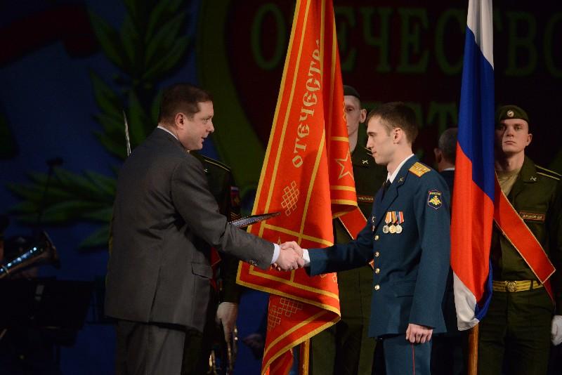 Губернатор поздравил военных с наступающим праздником