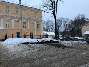Почему в центре Смоленска спилили деревья