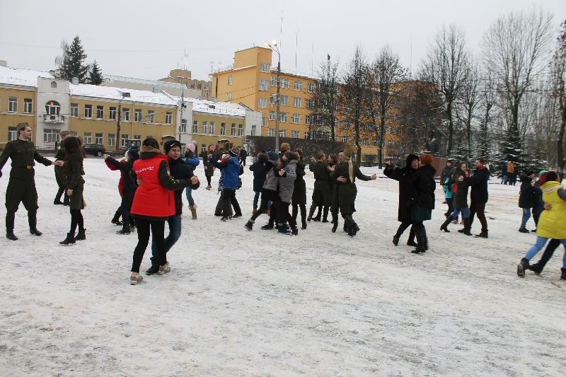 Команда «Молодежки ОНФ» провела акцию «Случайный вальс» у Аллеи Героев в Смоленске
