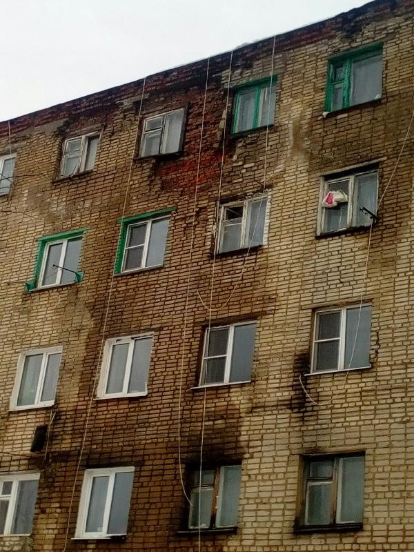 Паника среди жильцов. В райцентре Смоленской области разрушается дом